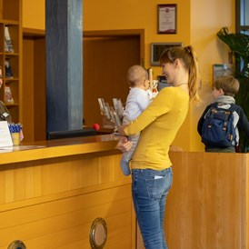 Kinderhotel: Beim Check-In - Familien Wellness Hotel Restaurant Seeklause