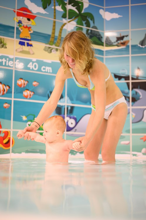 Kinderhotel: Mutter mit Baby im Kinderbecken - Familien Wellness Hotel Restaurant Seeklause