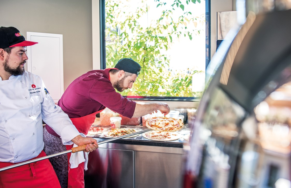 Familienhotel: Pizza backen in unserer Outdoorküche - Familienhotel Huber
