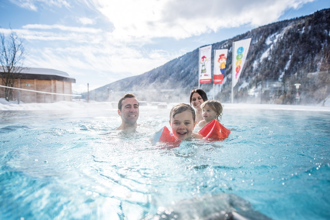 Familienhotel: beheizter Outdoor Pool Winter - Familienhotel Huber