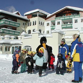 Kinderhotel: Im Winter Windelskischule im Hotelgarten - Leading Family Hotel & Resort Alpenrose