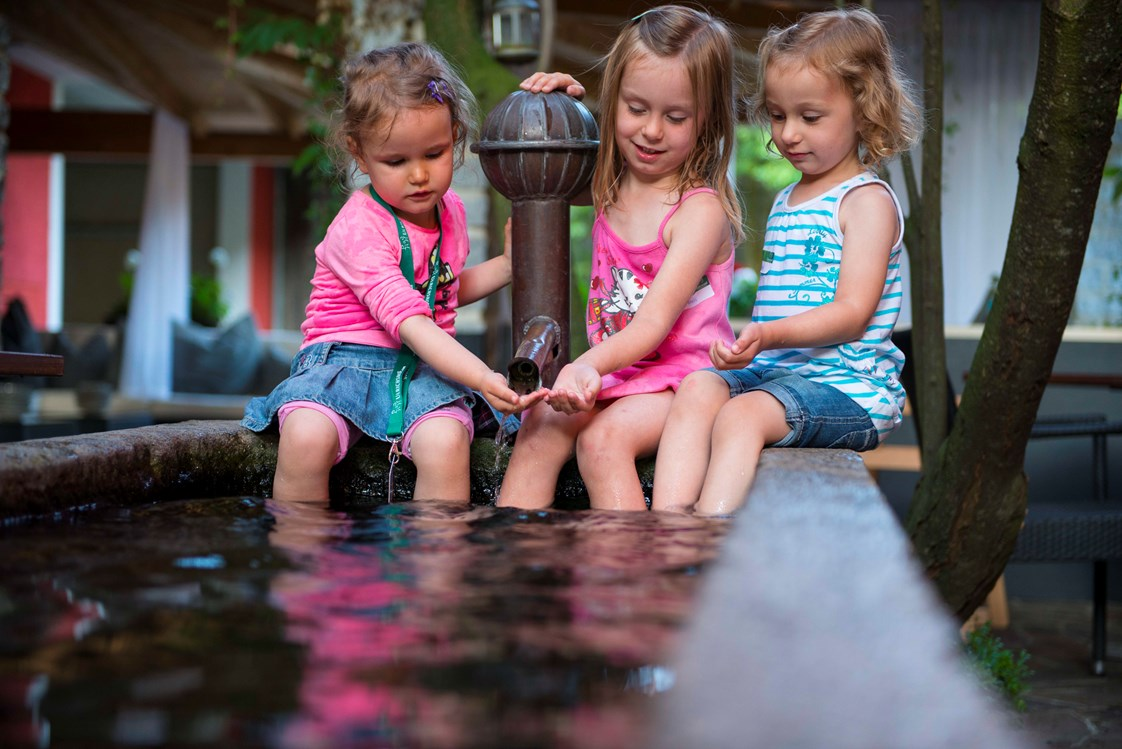 Kinderhotel: Kinder am Brunnen - ULRICHSHOF Baby & Kinder Bio-Resort