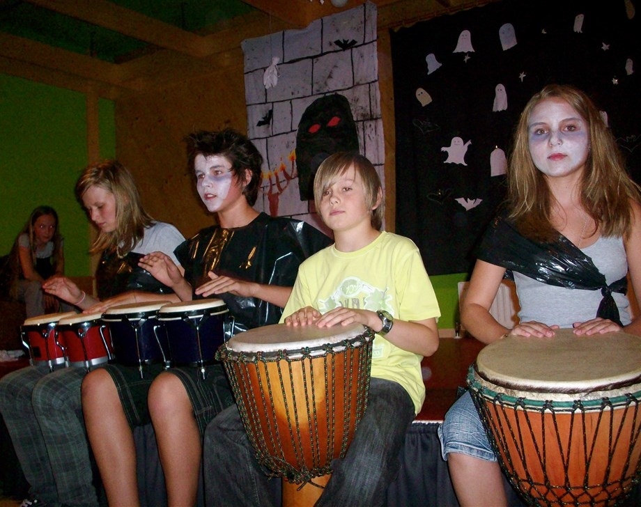 Kinderhotel: Heiße Trommelrhythmen beim Percussion Workshop - Wellness-& Familienhotel Egger