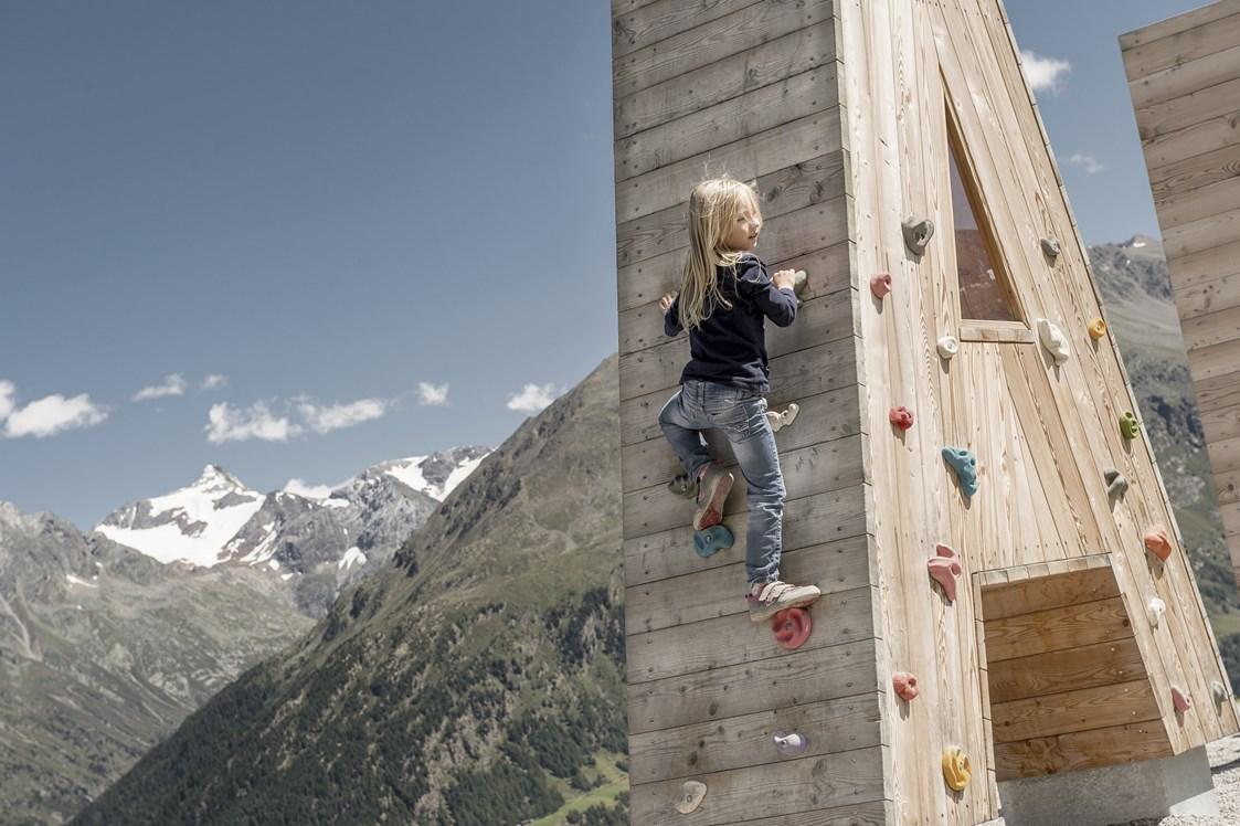 Kinderhotel: Kind beim Klettern - Das Central - Alpine . Luxury . Life