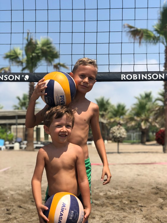 Kinderhotel: Beachvolleyball am Strand - ROBINSON Club Nobilis