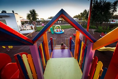 Kinderhotel: Rutsche am Spielplatz - Baby and Kinder Hotel Paradisio