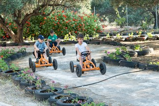 Kinderhotel: Tret-Cars fahren - Baby and Kinder Hotel Paradisio