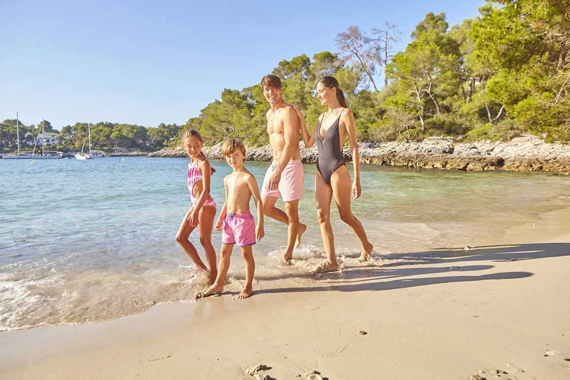 Kinderhotel: Familienspaziergang am Strand - Blau Privilege PortoPetro Beach Resort & Spa