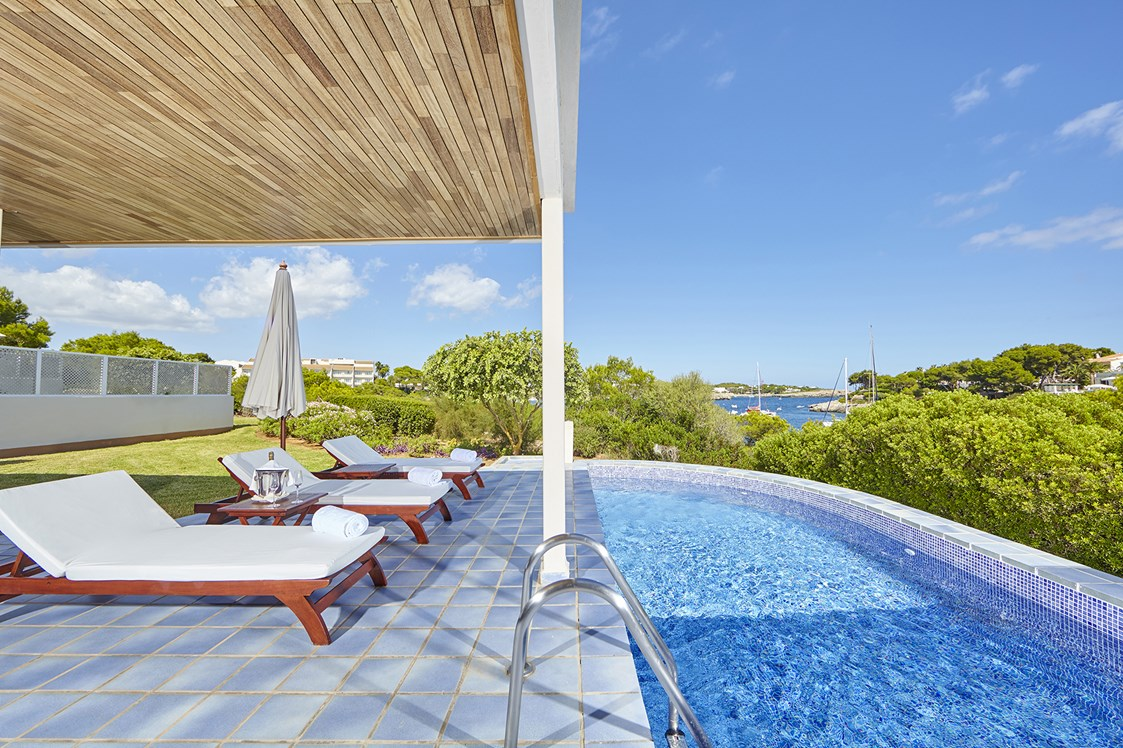 Kinderhotel: Sonnenliegen am Pool - Blau Privilege PortoPetro Beach Resort & Spa